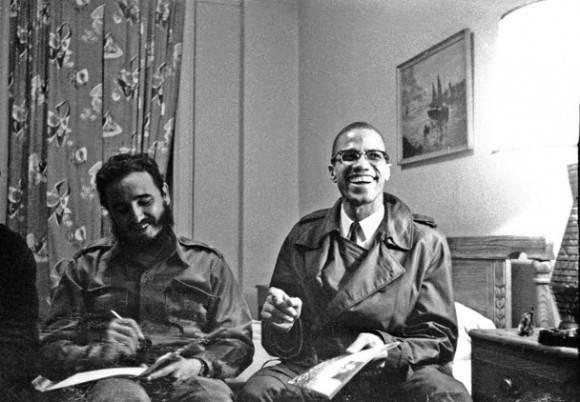 Fidel Castro sonríe en compañía de Malcom X, activista estadounidense y defensor de los derechos de los afroamericanos, Hotel Theresa, Nueva York, 1960 (tenía 34 años). Foto: Reuters.