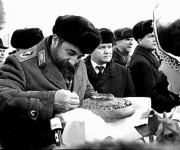 Fidel Castro parte un trozo de pan que le fue ofrecido luego del XXVI Congreso del Partido Comunista de la Unión Soviética, región de Moscú, Rusia, 1981 (tenía 55 años). Foto: Reuters.