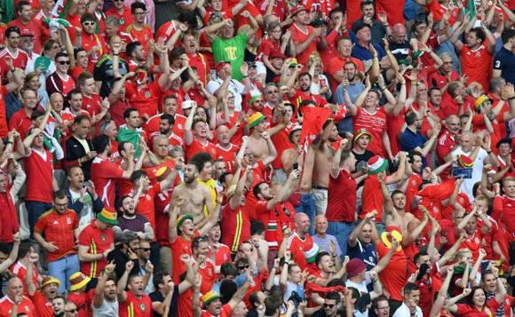 Fanáticos de Gales celebran su triunfal debut. foto: Captura de pantalla.