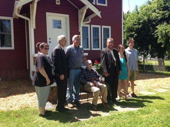 El Ministro de Agricultura de Cuba recibió gran hospitalidad de esta familia de Iowa. Foto: Cuenta de Twitter de José Ramón Cabañas, Embajador de Cuba en EE.UU