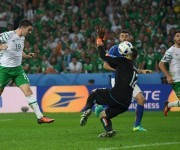 Brady anota el único gol del encuentro Irlanda-Italia. Foto: UEFA.