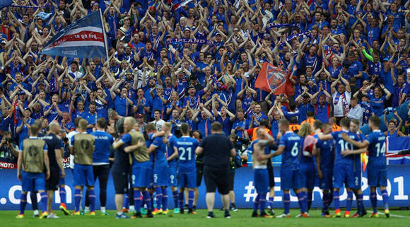 La selección islandesa celebra su histórica clasificación a octavos. Foto: UEFA.