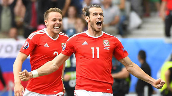 Gareth Bale marcó el primer gol en la historia de Gales en una Eurocopa, con un buen tiro libre. Foto: AFP/ Joe Klamar.