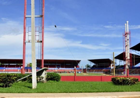 La colocación de las torres en la Sede de los Cazadores. Foto: Roberto Garaicoa Martínez7 Cubadebate.