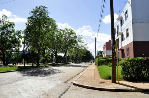 La limpieza de sus calle y el cuidado de los cesped. Foto: Roberto Garaycoa Martínez/ Cubadebate.