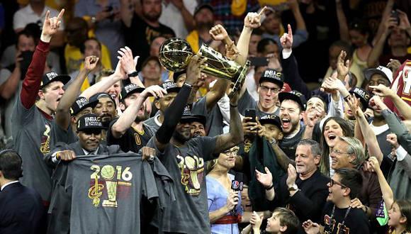 LeBron James festeja luego de ganar ante los Warriors1. AFP