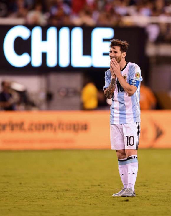 Messi envió su penal a las nubes y continúa sin ganar ningún título importante con Argentina. Foto: AFP.