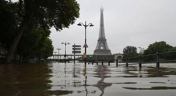 La región parisina y el departamento vecino de Loiret (centro) estaban el jueves en alerta, con unos 24.000 hogares sin electricidad. (AFP).