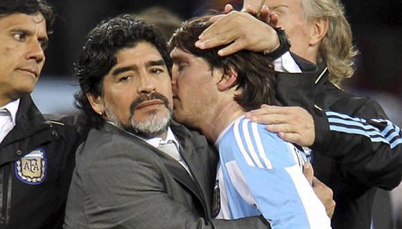 Maradona le pide a Messi que regrese a la selección. En la imagen le abraza luego de la eliminación contra Alemania en cuartos de final del Mundial de 2010. Foto: Gustavo Ortiz/ Marca/ Archivo.