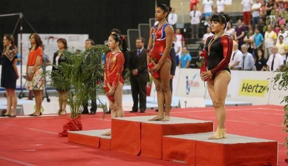 Marcia Videaux, al centro, recibe su medalla de Oro de la Copa Mundial de Anandia. Foto: Sitio del evento