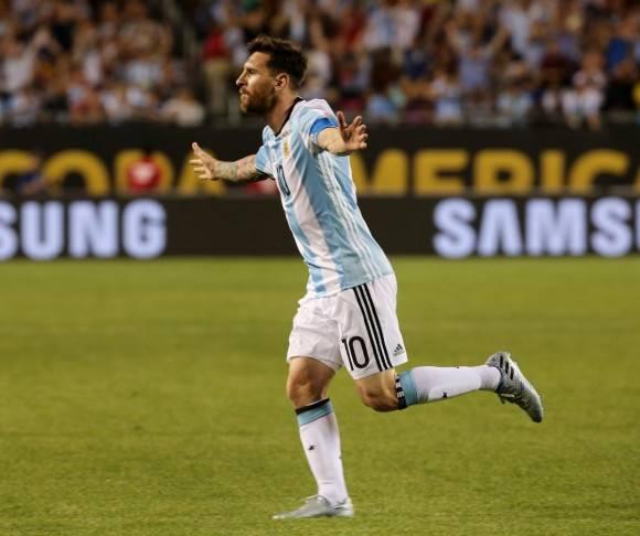 El astro Lionel Messi regresó este viernes con una espectacular tripleta de  goles para determinar la goleada 5-0 de Argentina contra Panamá add337f07ae6b