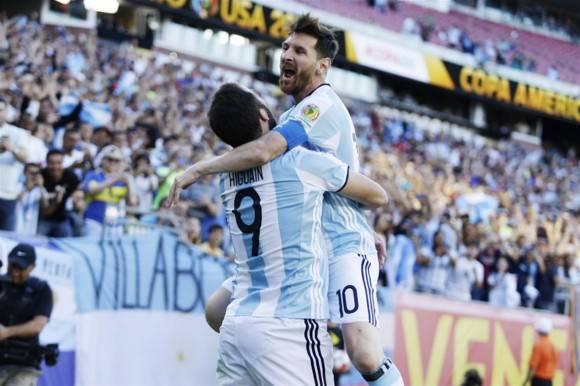 Messi e Higuaín celebran el primer gol. Foto La Nación