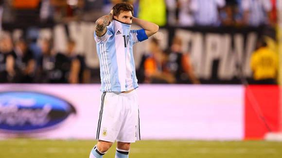 Messi falló su penal contra Chile y la derrota provocó que renunciara a la selección. Foto tomada de Marca.