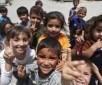 Niños juegan en un campo de refugiados siros en la frontera con Turquía, cerca del poblado de Kilis. Foto: AP