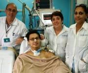 Parte del equipo médico posan con Napu Boychuk en el hospital Cira García de Cuba.