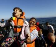 Una niña refugiada sonríe en brazos de su padre poco después de llegar en lancha a la isla griega de Lesbos tras cruzar una parte del mar Egeo desde Turquía el 18 de septiembre de 2015. Foto: Reuters
