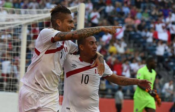 Paolo Guerrero celebrando su gol con Christian Cueva. Foto AFP  Mark Ralston