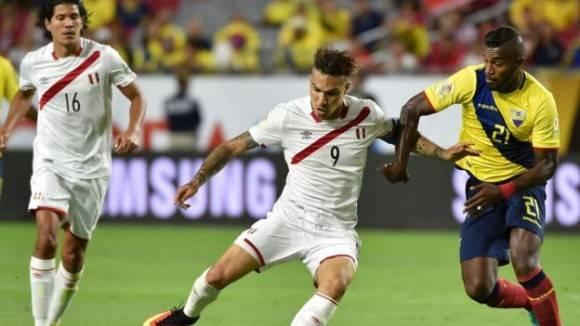 Paolo Guerrero disputa el balón con el ecuatoriano Gabriel Achilier. Foto: AFP