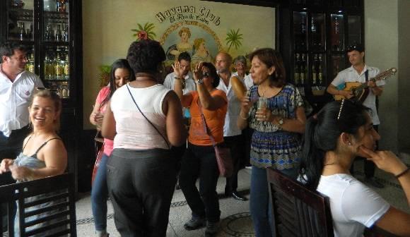 Cuando sonó la música cubana fue muy difícil eludir el baile. Foto: Susana Tesoro/ Cubadebate.