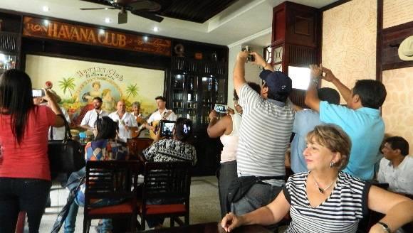 Todos querían llevarse La Habana en fotografías y videos. Foto: Susana Tesoro/ Cubadebate.