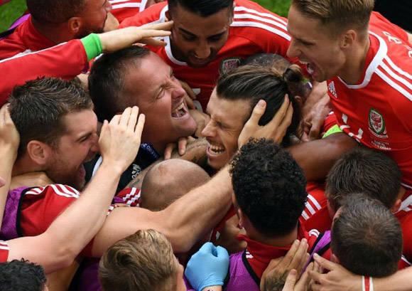 Así celebró Gales su primer gol en una Eurocopa. Foto: Captura de pantalla.