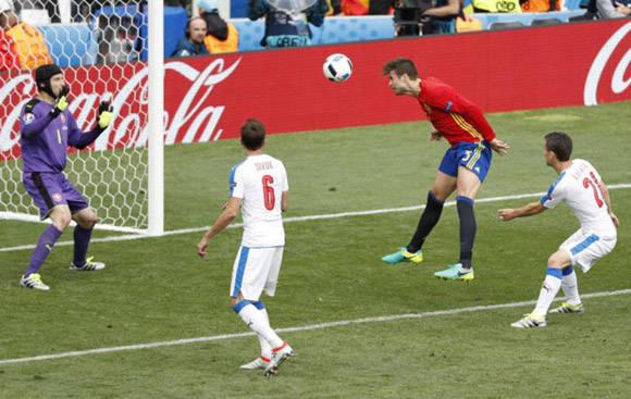 Con este cabezazo, Piqué dio el triunfo a España. Foto tomada de Marca,