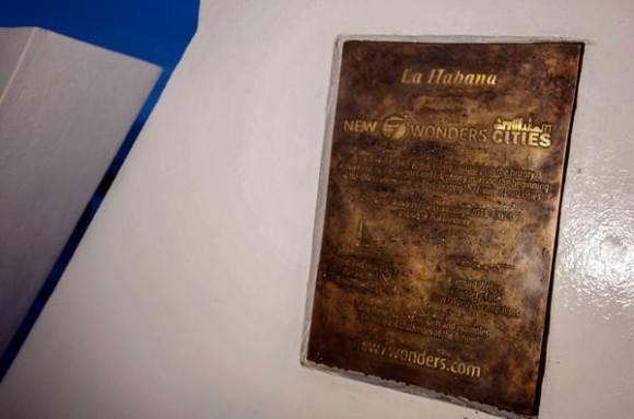 Placa conmemorativa que acredita a La Habana como Ciudad Maravilla del mundo moderno, develada en ceremonia realizada en  la explanada del Castillo de San Salvador de La Punta, en La Habana, Cuba, el 7 de junio de 2016.  Foto: Abel Padrón Padilla / ACN