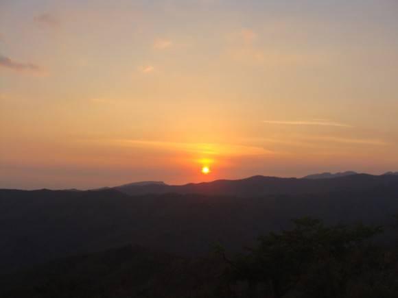 Puesta del sol desde el mirador de Topes de Collantes, el sábado 9 de abril. Foto: Daymí Garcia / Cubadebate