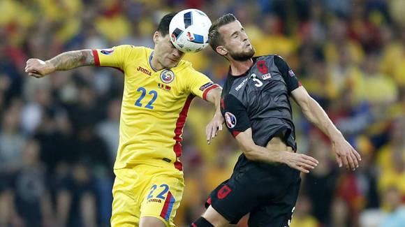 Un gol de Sadiku en la primera mitad derrotó a los rumanos y la selección albanesa podría meterse con tres puntos como una de las mejores terceras clasificadas. Foto: EFE