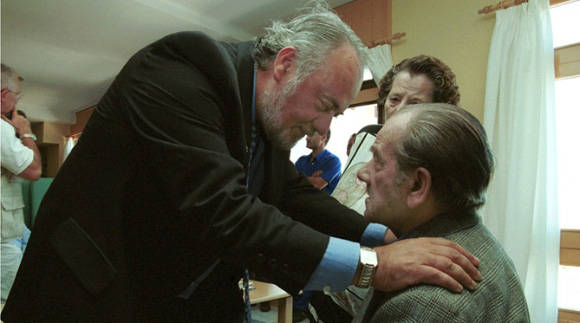 Se tiende a creer que los cuidadores ajenos son los principales maltratadores de los ancianos. Foto: EFE.