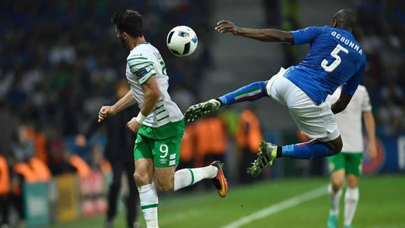 Shane Long (izq.) disputa una pelota con Angelo Ogbonna. Italia jugó con sus suplentes frente a Irlanda. Foto: Philippe López/ AFP/ Getty.