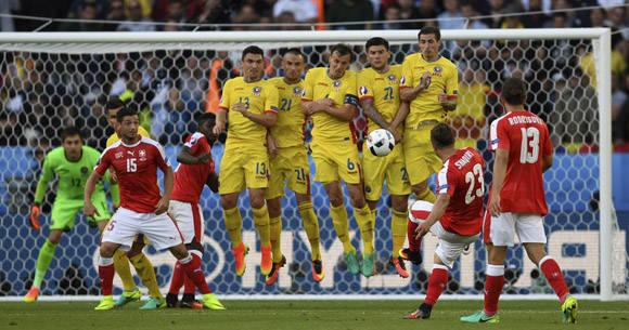 El suizo Shaquiri cobra tiro libre contra Rumanía. Foto: UEFA.