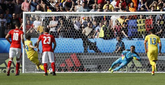 El rumano Stancu anota frente a Suiza su segundo gol de penal en la Euro. Foto tomada de Marca.