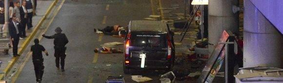 Las afueras dle aeropuerto tras el atentado donde murieron al menos 28 personas. Foto: Reuters.