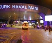 Una ambulancia acude al aeropuerto de Estambul donde hasta ahora se han reportado 10 muertes por un atentado. Foto: Reuters.