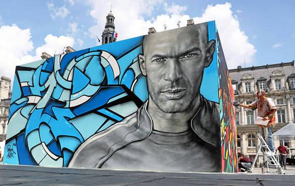 Zidane estará presente en la Euro, pero plasmado en un mural. Foto: AFP.