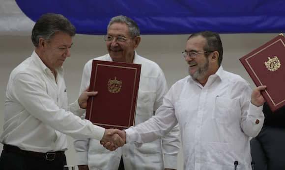Cuba fue la sede de los diálogos de paz entre las FARC-EP y el gobierno colombiano. En la imagen, Raúl Castro (centro) junto al presidente colombiano Juan Manuel Santos (izq) y Timoleón Jiménez, líder de las FARC-EP. Foto: AP/ Ramon Espinosa.
