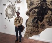 El Artista Osmeivy Ortega frente a su obra. Foto: EFE.