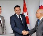 Vicepresidente del Consejo de Ministros, Ricardo Cabrisas Ruíz, recibe al Ministro de Finanzas de la República Eslovaca, Peter Kažimír. Foto: Juvenal Balán/Granma.