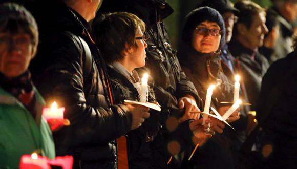 Los participantes aspiraban formar una cadena luminosa que atravesara la capital alemana de extremo a extremo. Foto: Reuters.