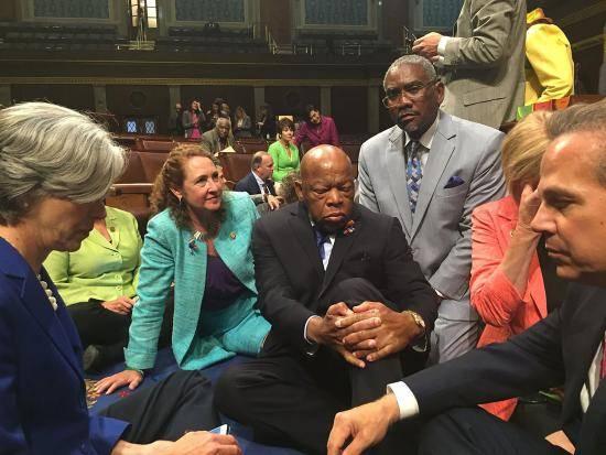 Algunos miembros del Congreso del Partido Demócrata de EE.UU. iniciaron una protesta en la Cámara de Representantes para impulsar un voto para limitar el acceso a las armas de fuego. Foto: AFP