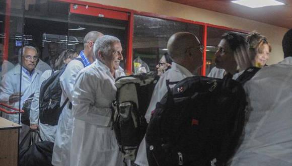 Médicos cubanos que cumplieron misión en Ecuador tras el terremoto ya están de regreso en Cuba. Foto: Oriol de la Cruz/ ACN