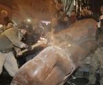 Derribo y destrucción de una estatua de Lenin en Ucrania, en 1991.