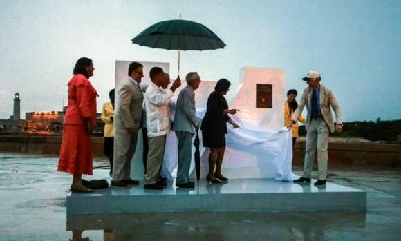 Develan monumento  con placa conmemorativa que acredita a La Habana como Ciudad Maravilla del mundo moderno, con la presencia del Dr. Eusebio Leal Spengler (C izq.), Historiador de la ciudad; Mercedes López Acea (I), Primera Secretaria del Comité Provincial del Partido Cumunista de Cuba (PCC);  Marta Hernández (C der.), Presidente de la Asamblea Provincial del Poder Popular; y Bernard Weber (D), Presidente de la Fundación  suiza New7Wonders, en ceremonia realizada en  la explanada del Castillo de San Salvador de La Punta, en La Habana, Cuba, el 7 de junio de 2016.  Foto: Abel Padrón Padilla / ACN