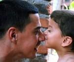 Bienaventurados quienes se levanten mañana y puedan darle un beso a su padre. Sí, porque a los padres también se besa. Foto: Yasiel de la Peña/ACN