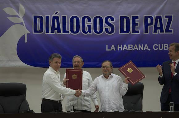 El acuerdo y el apretón de manos. Foto: Ladyrene Pérez/ Cubadebate