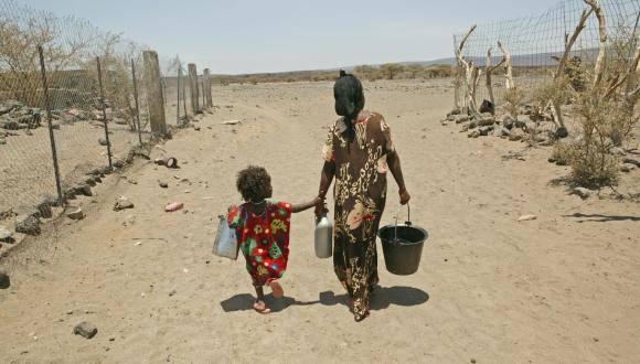Madre junto a su hija en zona afectada por la sequía. Foto: UNICEF.