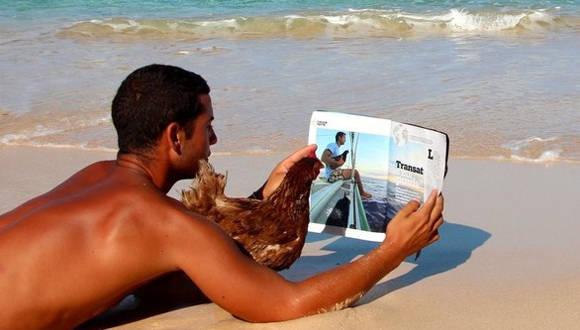 Monique junto a su dueño, en sus recorridos por el mundo. Foto: BBC Mundo.