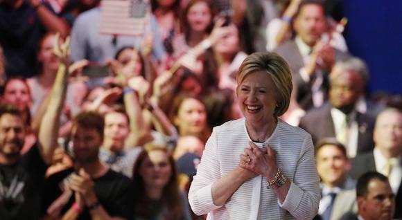 Hillary Clinton a su llegada, el martes en la noche, a un mitin en Brooklyn, Nueva York, donde proclamó su victoria. Foto: AP.