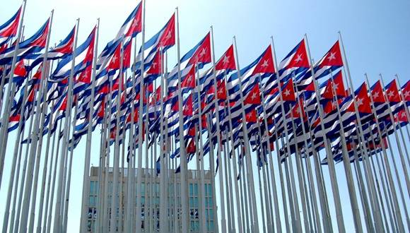 Monte de las banderas frente a la embajada de Estados Unidos en La Habana. Foto: Kaloian Santos Cabrera.